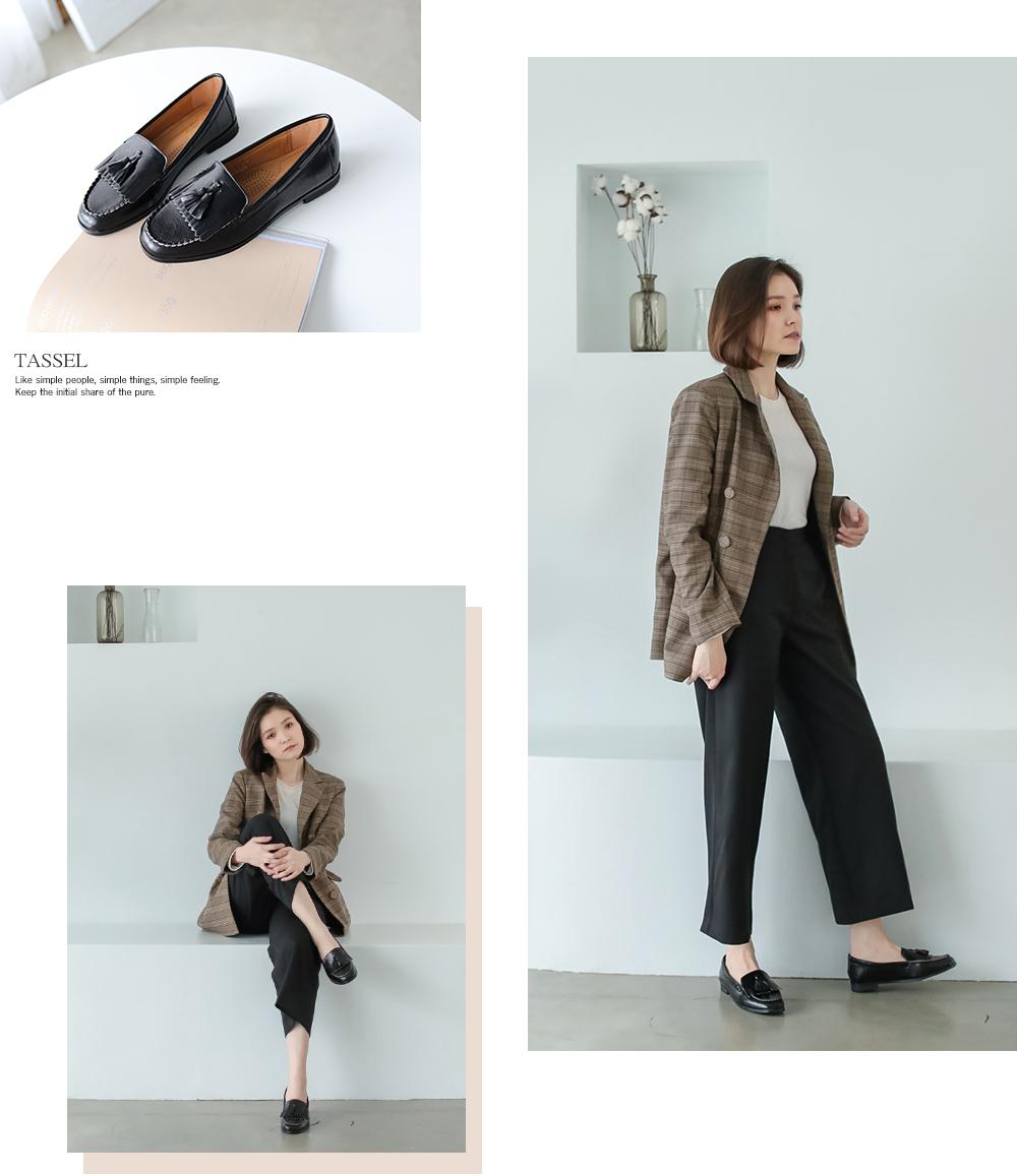 格子西裝外套搭配西裝褲與流蘇樂福鞋的穿搭,兼具專業與舒適度